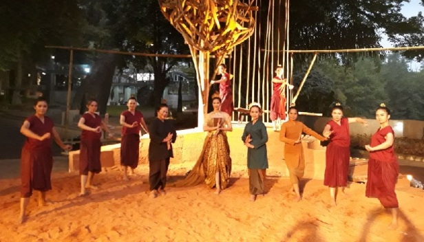 Para pemain Teater Tari Citraresmi, Citraresmi (Maudy Koesnadi), Dewi Laralinsing (Miming Suwandi), Nini Dayang (Ida Rosida Koswara), Bibi Pengasuh (Rinrin Candraresmi), dan Para Dayang (Ria, Hanna, Maudy, Wina,Dini, Ulfa, dan Elfira). NU-Art Sculpture Bandung, Jawa Barat, Rabu 1 November 2017. (Sumber gambar: Ida Rosida Koswara)